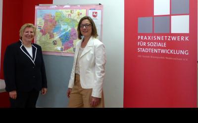 Niedersachsens Sozialministerin Cornelia Rundt mit der neuen Landeskoordinatorin, Britta Kreuzer, in der Geschäftsstelle des Praxisnetzwerks für Soziale Stadtentwicklung