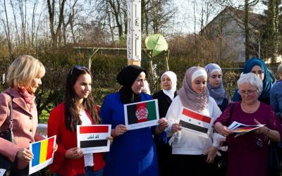 Doris Schröder-Köpf enthüllt gemeinsam mit Bewohnerinnen den neuen Friedenspfahl (Foto: Katharina Benedict)